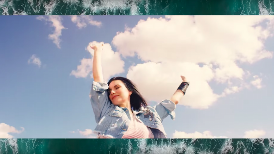 Laura Pausini nel video di E.STA.A.TE