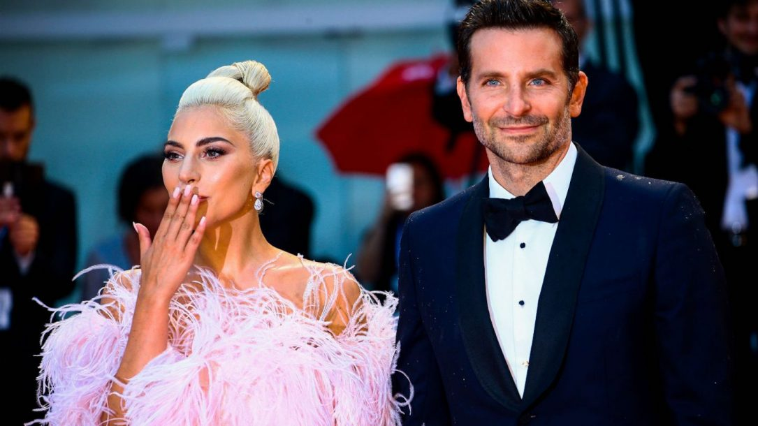 Lady Gaga e Bradley Cooper al red carpet del film A Star is Born. La cantante ha lanciato il brano Is That Alright?