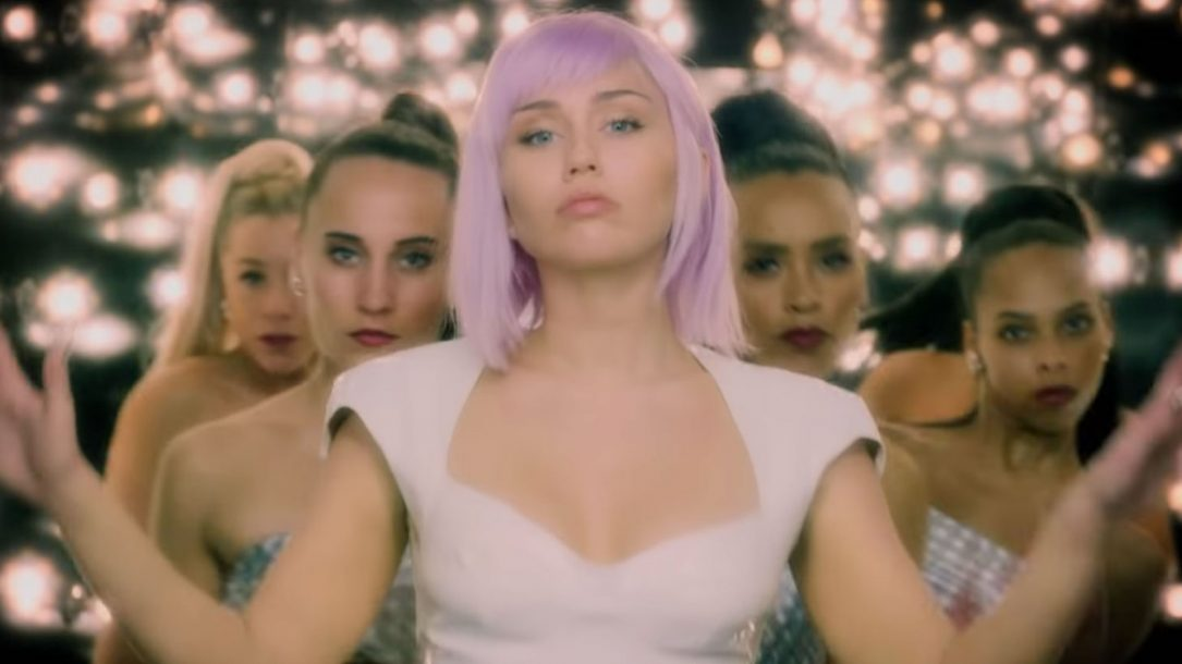 Miley Cyrus è nel cast di Black Mirror come Ashley O: le immagini