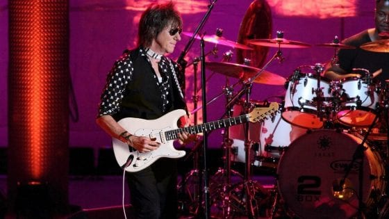 Jeff Beck. Il cantante ha fatto una cover di Isolation con Johnny Depp